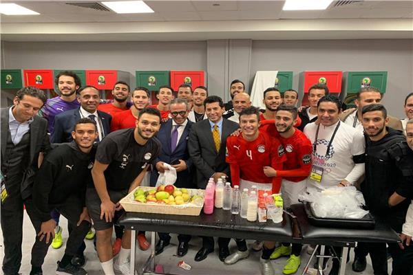 وزير الرياضة يحتفل مع لاعبي المنتخب المصري بالتأهل لأولمبياد طوكيو