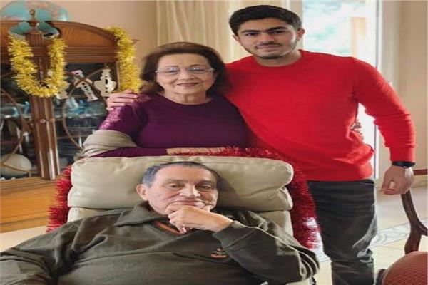 الرئيس الأسبق حسني مبارك وحرمه سوزان ثابت ونجل علاء مبارك - أرشيفية