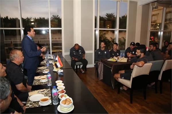 وزير الرياضة للاعبي المنتخب الاوليمبي: الجماهير المصرية تؤازركم غدا