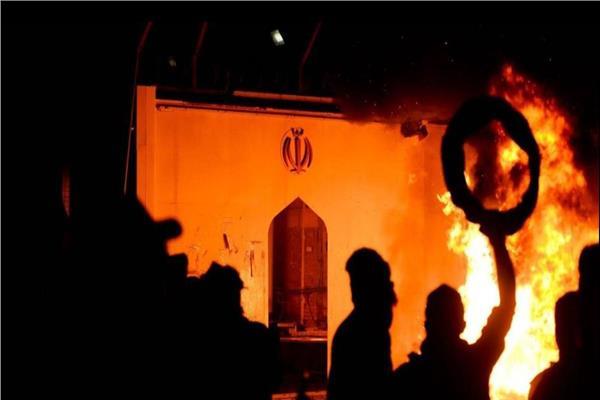 عراقيون يضرمون النار في القنصلية الإيرانية بالنجف للمرة الثانية في أسبوع