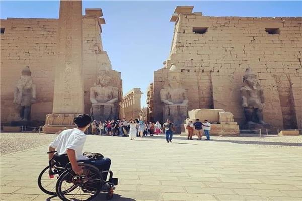 سائح ياباني في المعابد الفرعونية المصرية