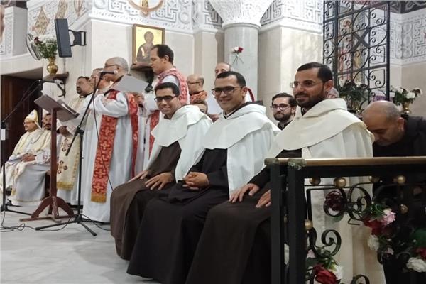 مطران ايبارشيه اسيوط للاقباط الكاثوليك يحتفل بابراز النذور الاحتفاليه ل ٣ اخوه كرمليي