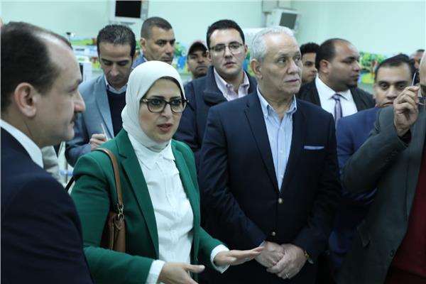 وزيرة الصحة ومحافظ الأقصر خلال تفقد مستشفى إسنا