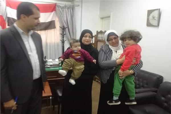 تسليم الطفلين اللذين تركهما والديها في مدخل منزل الوالد