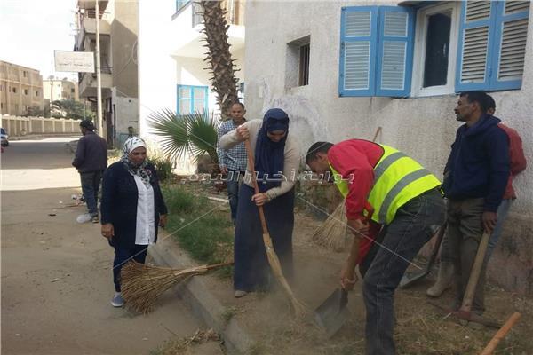 """تفعيلا لـ """"ابدأ بنفسك"""" موظفي حي السويس يشاركوا في تجميل وتنظيف الشوارع"""