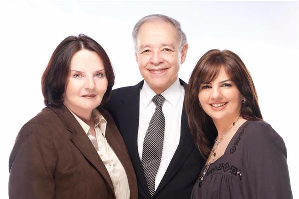 الكاتب الراحل إبراهيم سعدة برفقة ابنته وزوجته الراحلة