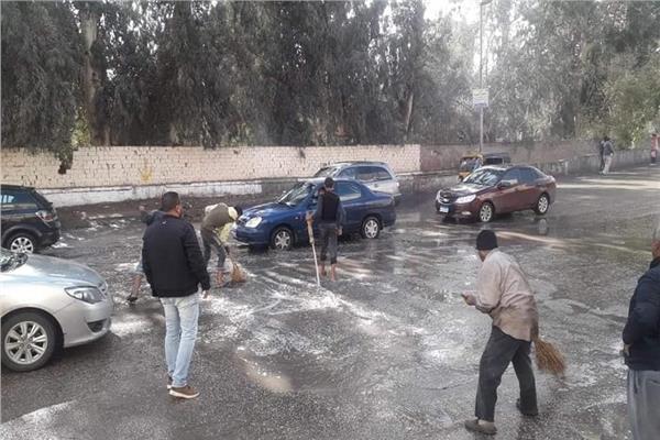 رفع تراكمات مياه الأمطار بحي المعصرة
