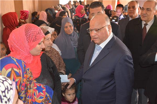 محافظ القاهرة يتفقد قافلة «عنيك في عنينا» بالأسمرات