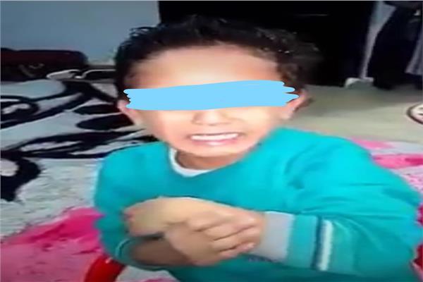 صورة من مقط الفيديو الذي تضمن تعذيب الطفل