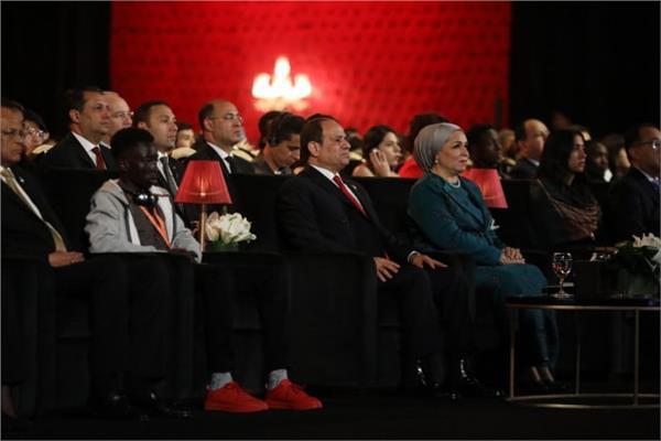 الرئيس السيسي وقرينته خلال حضور العرض المسرحي