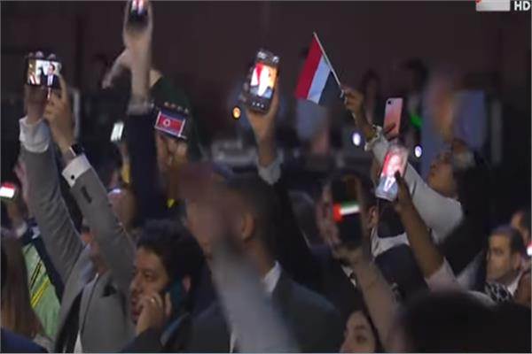 شباب العالم يرفعون علم مصر وصورة «السيسي» بمنتدى شباب العالم