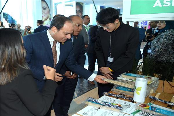الرئيس يتفقد منصة المركز المصري للفكر والدراسات الإستراتيجية ومنطقة رواد الأعمال بمنتدى شباب العالم