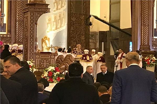 البابا تواضروس يتراس صلاة قداس العيد ..ويدخل الكاتدرائية وسط موكب الشمامسة