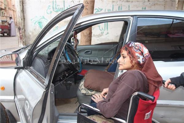 عفريتة الأسفلت.. «زينب» تتحدى إعاقتها بتعليم الفتيات قيادة السيارات