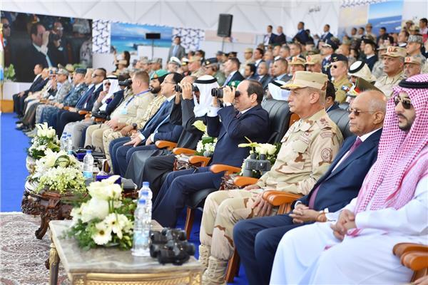 الرئيس السيسي وولي عهد أبو ظبي خلال متابعة تدريبات القوات المسلحة في قاعدة برنيس
