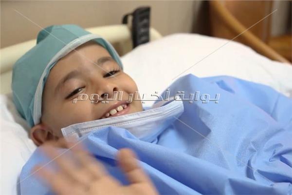 ابتسامة طفل أثناء تلقيه العلاج بمستشفيات وزارة الداخلية