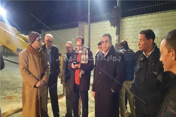 نائب رئيس جامعة الأزهر يتابع إصلاح ماسورة مياه أمام المدينة الجامعية