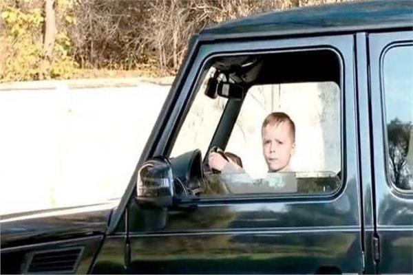 بشكل متهور.. طفل الـ6 سنوات يقود سيارة والده بسرعة بالغة