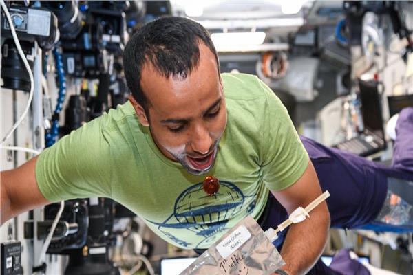 هزاع المنصوري يكشف طريقة تحضير القهوة في الفضاء