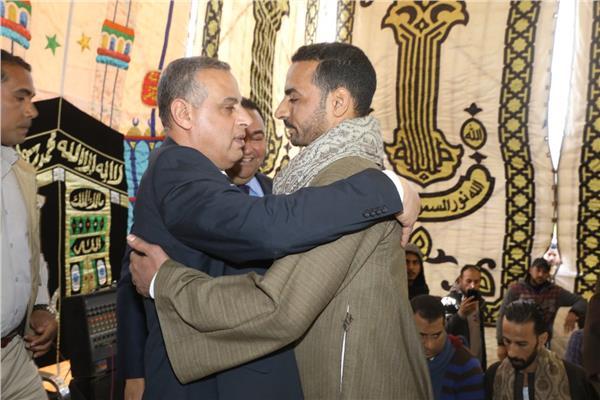 محافظ سوهاج يشهد صلح بين عائلتين
