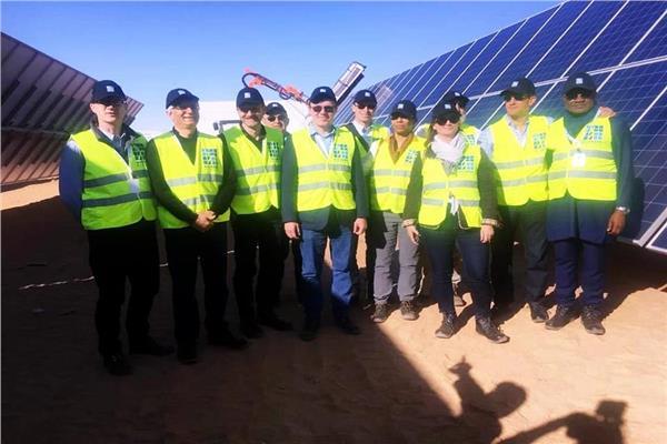 وفد البنك الدولي يزور مشروع الطاقة الشمسية بأسوان
