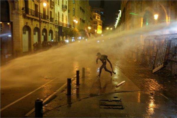 الأمن اللبناني يستخدم مدافع المياه ضد محتجين رشقوه بالحجارة