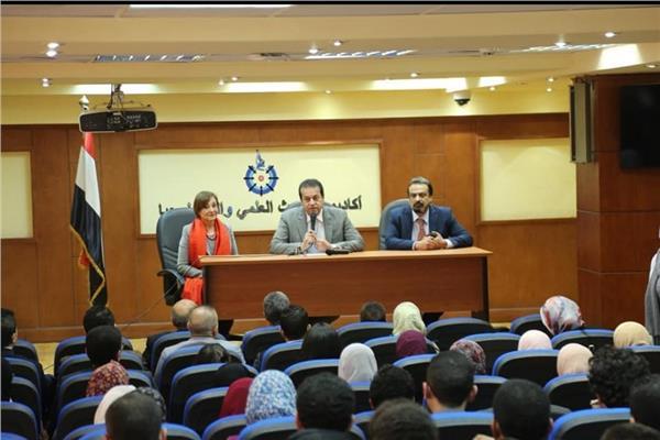 وزير التعليم العالى يلتقي طلاب كليات الطب