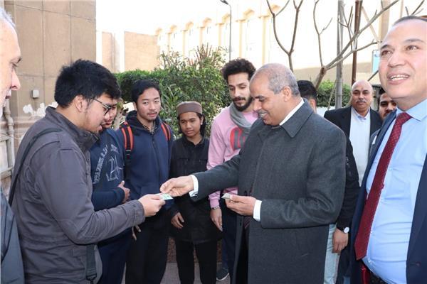 خلال توزيع دعوات مجانية لمعرض الكتاب