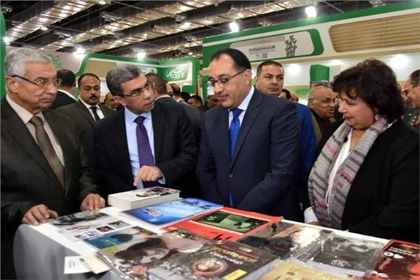 د.مصطفى مدبولي والكاتب الصحفي ياسر رزق بجناح أخبار اليوم في معرض الكتاب