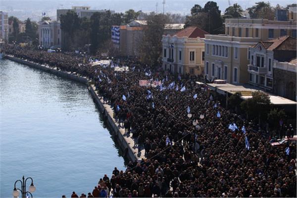آلاف المواطنين وأصحاب الأعمال بالجزر اليونانية يتظاهرون