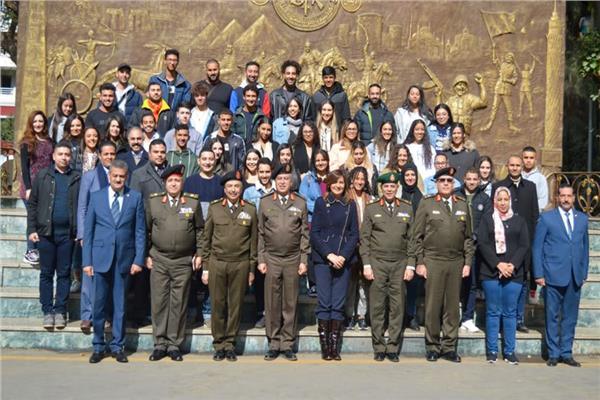 السفيرة نبيلة مكرم مع أبناء المصريين في الخارج خلال الدورة