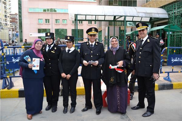 """ميناء الإسكندرية يوزع """"الورود والهدايا"""" احتفالا بعيد الشرطة"""