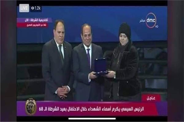 عمر ياسر عبد العظيم شهيد «ليلة القدر» يحصل على نوط التميز من الرئيس وتتسلمه أسرته