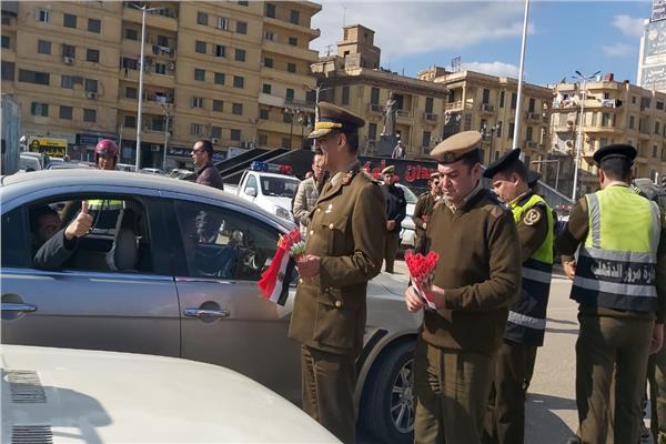 أبناء الدقهلية يتبادلون «الورود والشيكولاتة» مع ضباط وأفراد المرور