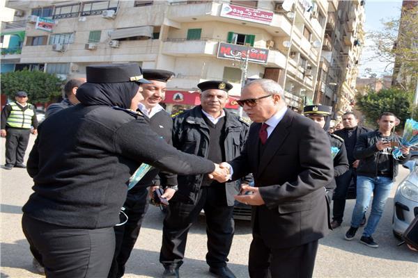 محافظ القليوبية ينزل لشارع لتوزيع الورود على ضباط الشرطة في عيدهم