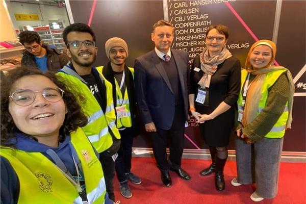 السفير الألماني ومرافقته وسط الشباب المتطوعين