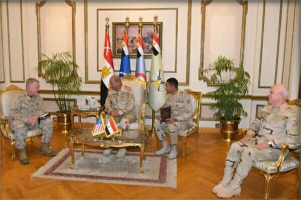 «وزير الدفاع» و«رئيس الأركان» يلتقيان قائد القيادة المركزية الأمريكية