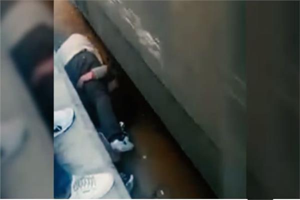 واقعة إنقاذ أب لطفله من دهس قطار بالإسماعيلية
