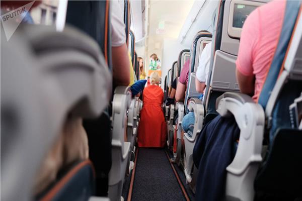 تحت تأثير الكحول .. فتاة تهدد بفتح باب الطائرة أثناء الرحلة