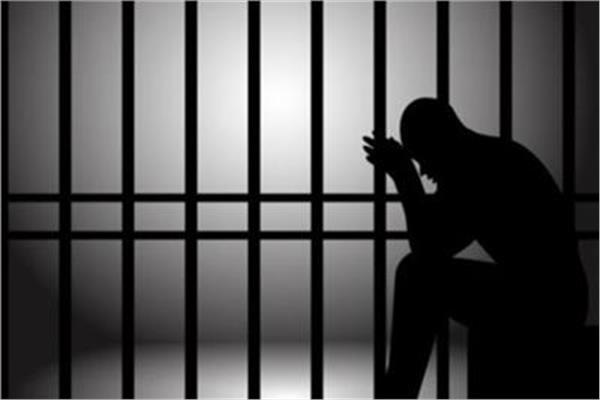 تصل إلى السجن المؤبد.. ما هي عقوبة الاختلاس من محل العمل؟