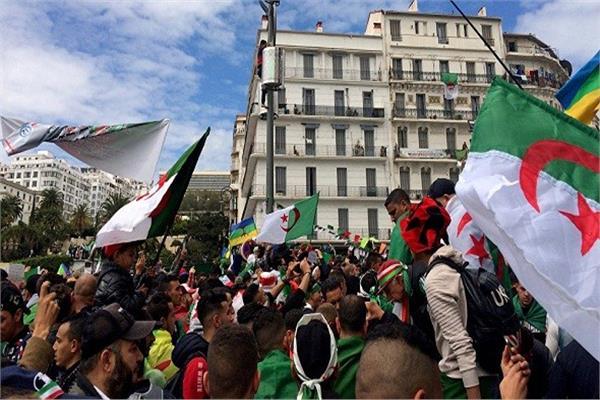 الجزائريون يواصلون الاحتجاج بعد عام من بدء المظاهرات