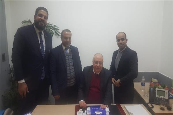 مسئولو الجمارك في مطار القاهرة