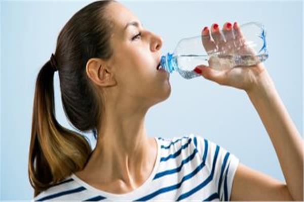 ما هو السر وراء علاقة الصداع بشرب الماء؟