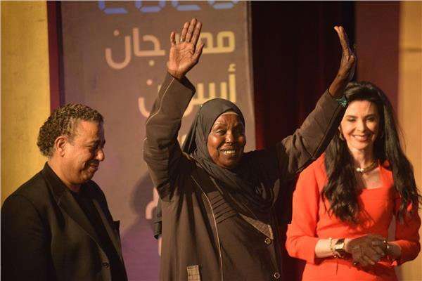 القومي للمرأة يهنئ مكة عبد اللاه على التكريم خلال مهرجان أسوان الدولى لأفلام المرأة