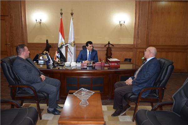 وزير الرياضة يلتقي مع رئيس المصري
