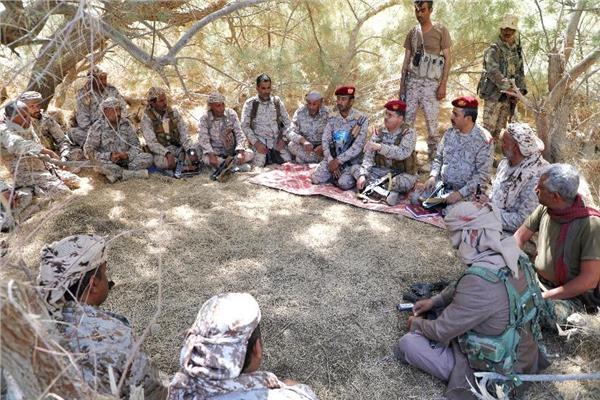 وزير الدفاع اليمني يلتقي عدد من الجنود