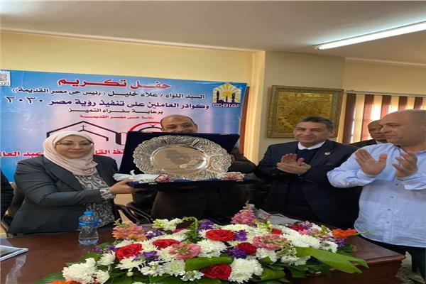نائبة محافظ القاهرة تكرم رئيس حي مصر القديمة