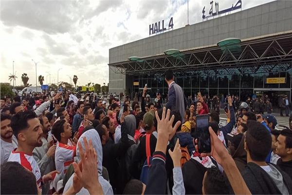 جماهير الفارس الأبيض تشعل أجواء مطار القاهرة احتفالا بفوز الزمالك بالسوبر