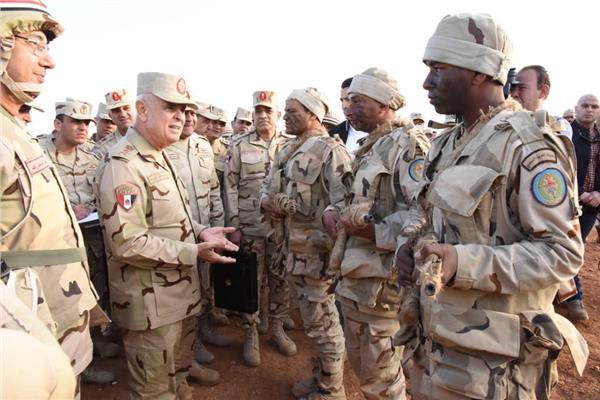 الفريق محمد فريد - رئيس أركان حرب القوات المسلحة أثناء الزيارة