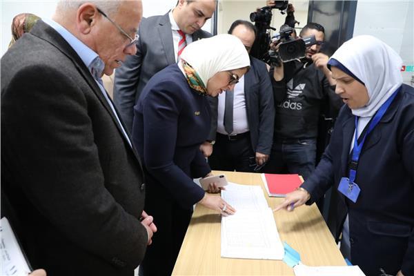 وزيرة الصحة ومحافظ بورسعيد خلال تفقد وحدة صحة المناخ